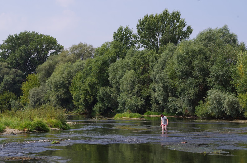This is not a holidaymaker – Ukrainian colleague Voloďa wading Uzh down Uzhhorod (the reason is unknown).