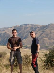 Peter a Ľuboš obdivujú prírodu (alebo fotografujúceho Joža?)
