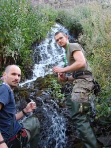 Peter a Ľuboš zbierajú larvy vodných bezstavovcov