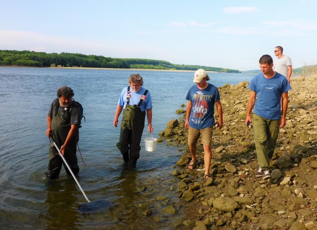 Lovná skupina odoberajúca vzorky z rieky Dunaj pri meste Ruse. Ichtyologický prieskum realizovali členovia katedry Ekológie PU, českej a bulharskej akadémie vied